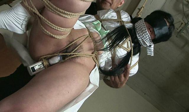 片足吊りでバイブを挿入され絶頂する熟女