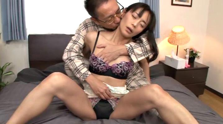 お母さんの熱いアソコを突いて欲しいの 平岡里枝子