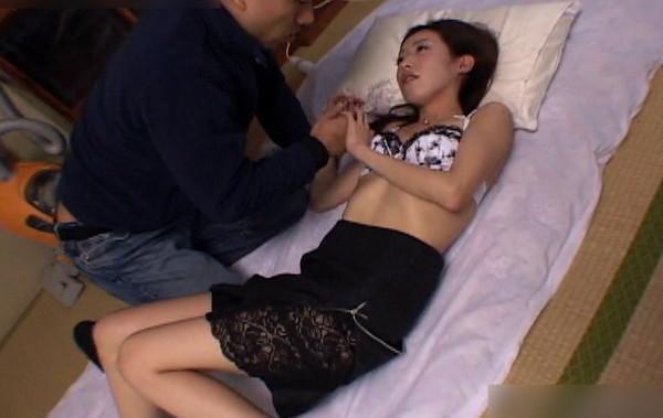 体調不良の美人妻を介抱