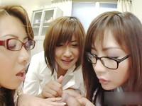 人気熟女女優が女教師に扮し生徒たちのチンポを咥えこみ淫行の限りを・・・