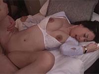 一晩で9発もの精子を女上司にぶち込む絶倫NTR映像